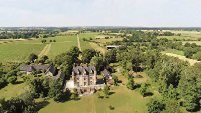 ANJOU - Leisure castle with its 45 hectares including 22 hectares of vine