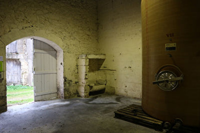 GIRONDE: Opportunity: Small stone cellar with vines as an option