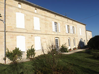 GIRONDE: 20 ha AOC Côtes wine estate with its mansion